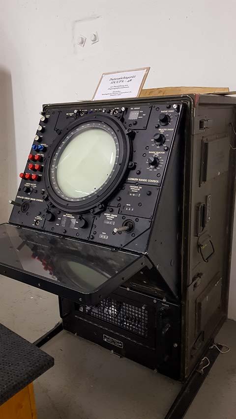 Altes Radar-Gerät im Radom auf der Wasserkuppe